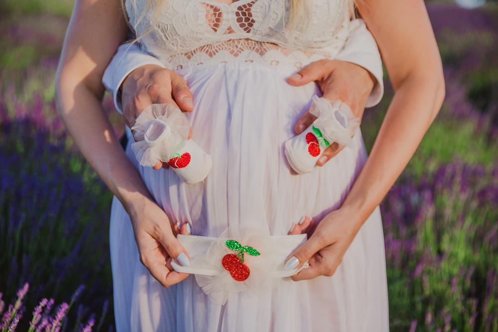 sesja ciążowa w lawendzie
