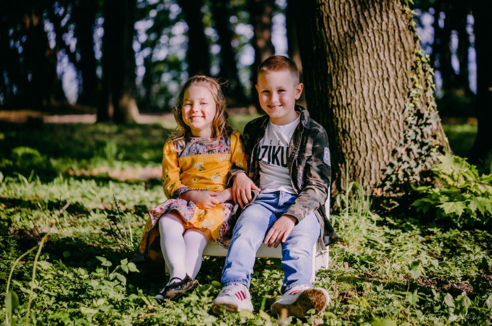 Nikodem i Anielka – sesja dziecięca w plenerze | Dwór i park w Mogilanach
