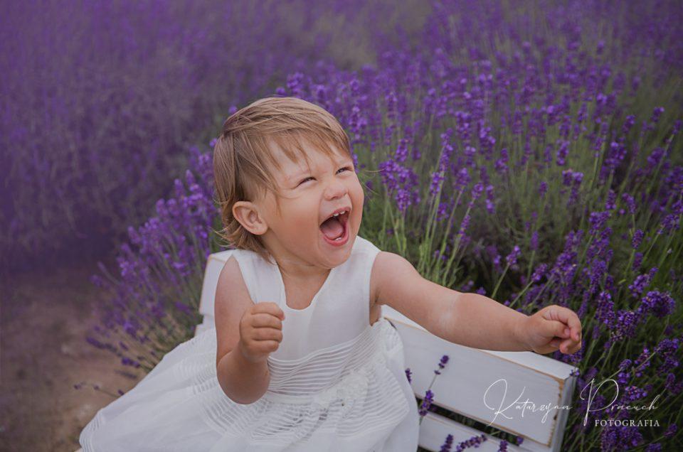 Plenerowa sesja w lawendzie – sesja dziecięca